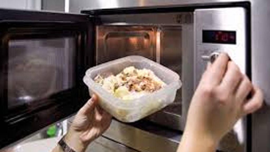 Los médicos alertan contra el uso de recipientes de plástico en el microondas