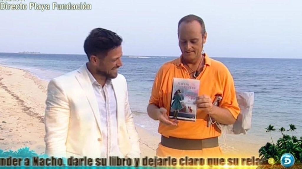 Pascual sorprende a Nacho con su libro