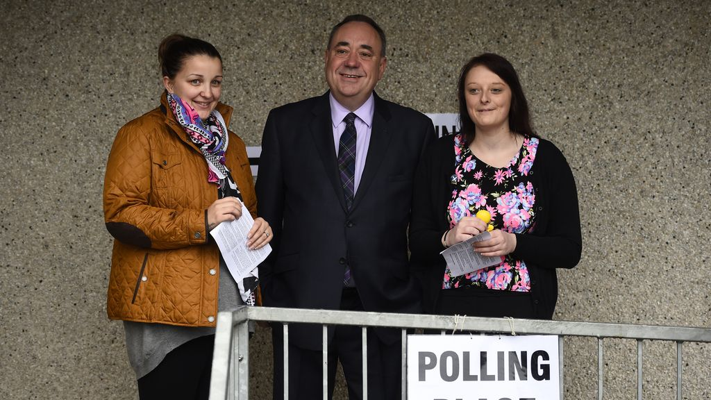 Alex Salmond, primer ministro escocés, acude a votar
