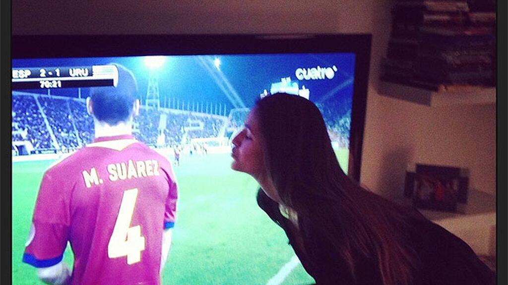 Malena Costa besa a su chico