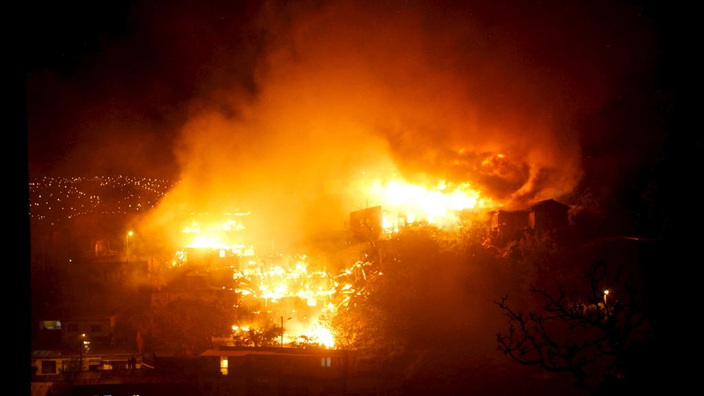 Un incendio obliga a decretar la alerta roja en Valparaíso