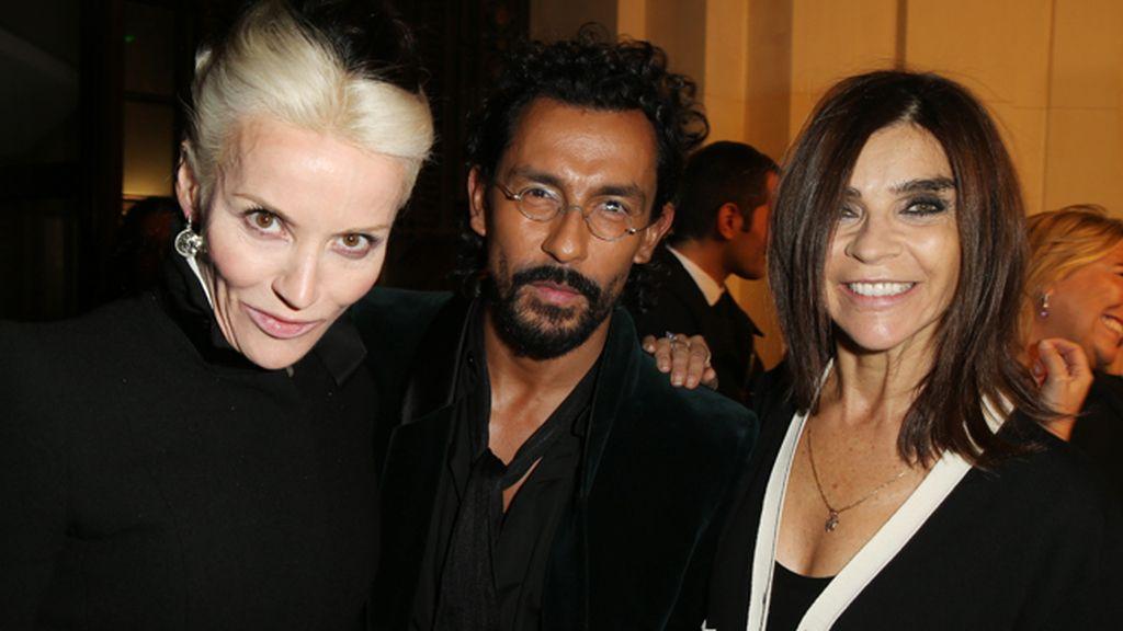 Daphne Guinness y el diseñador Haider Ackermann con Carine Roitfeld, estilista y co-autora de la exposición