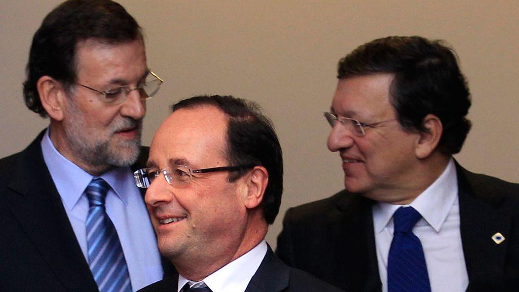 Rajoy charla con Durao Barroso ante la presencia del primer ministro frances, Hollande