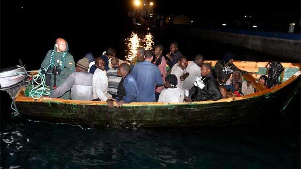 Una patera con inmigrantes ilegales