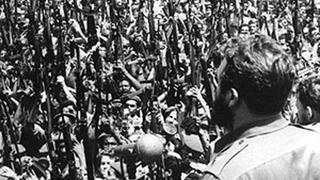 Fidel Castro proclama el carácter socialista de la Revolución ante las tropas revolucionarias tras la victoria en la Playa Girón.