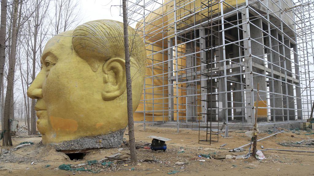Desmantelan la estatua gigante cubierta de oro de Mao por ser ilegal
