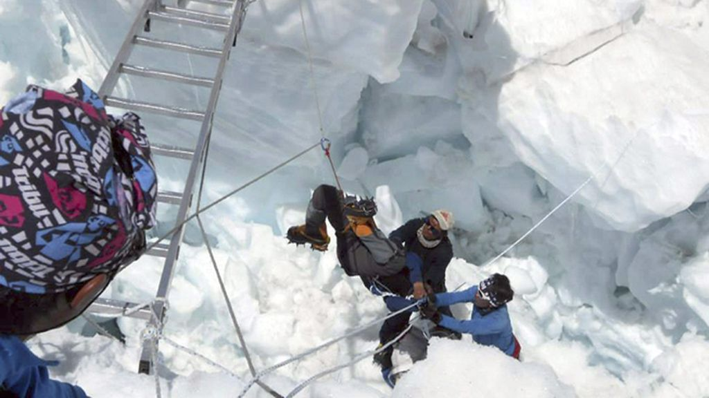 Al menos cuatro sherpas continúan desaparecidos tras la avalancha en el monte Everest