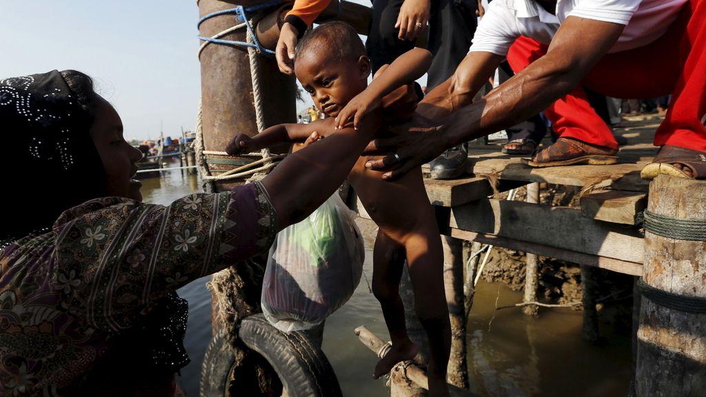 Un centenar de inmigrantes llegan a Indonesia tras varias semanas varados en el mar