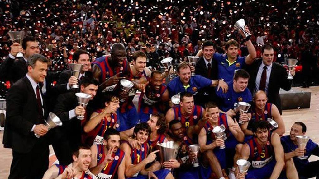 Los jugadores y el cuerpo técnico del Regal Barça posan con el trofeo de campeón de la Euroliga, en manos de su capitán, Roger Grimau