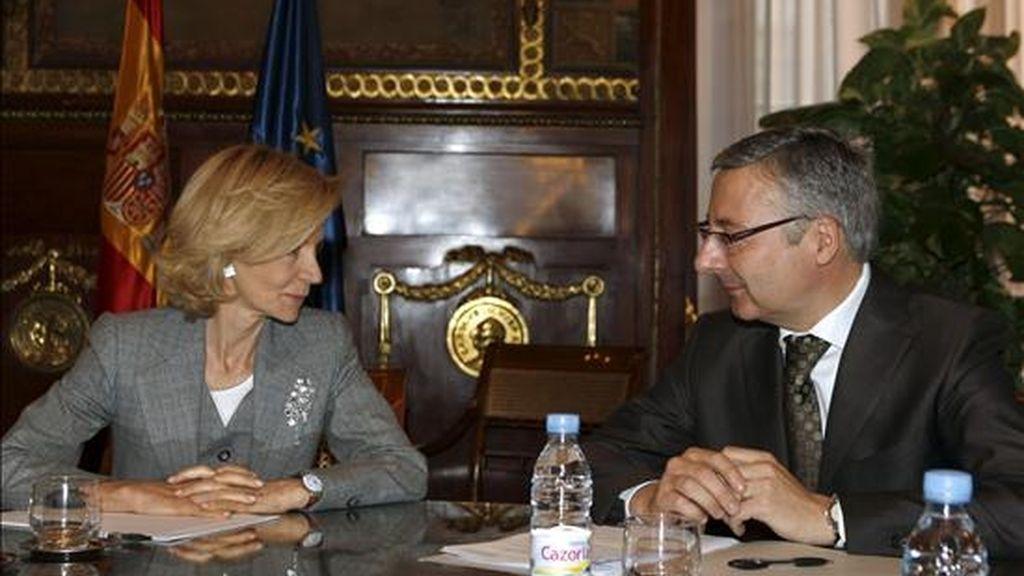 Los nuevos ministros de Economía y Hacienda, Elena Salgado, y de Fomento, José Blanco, durante la reunión que mantuvieron hoy en Madrid. EFE