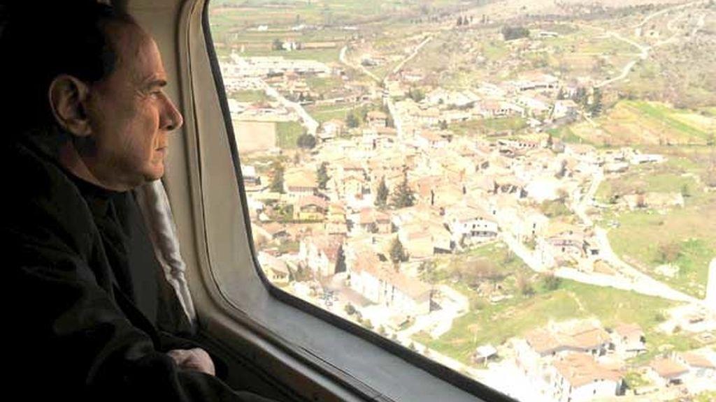 Silvio Berlusconi sobrevuela la zona afecta