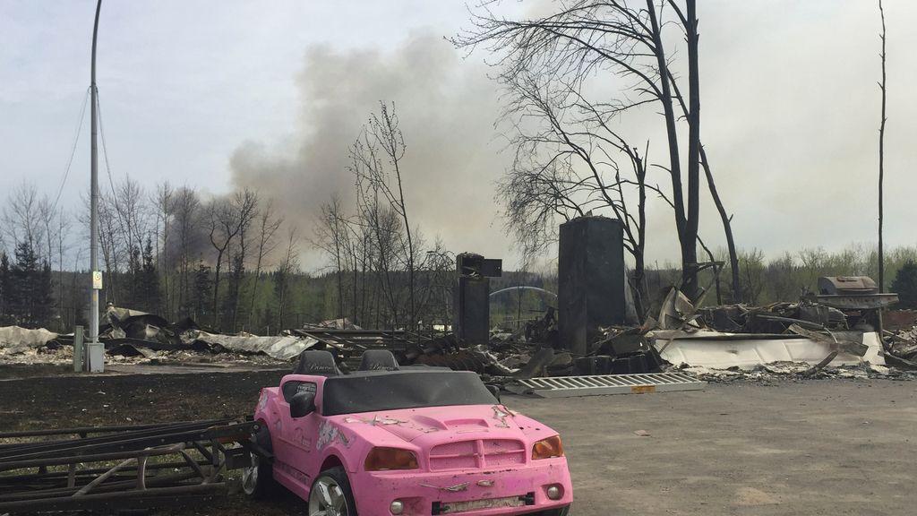 ¿Un coche rosa en medio de las llamas?