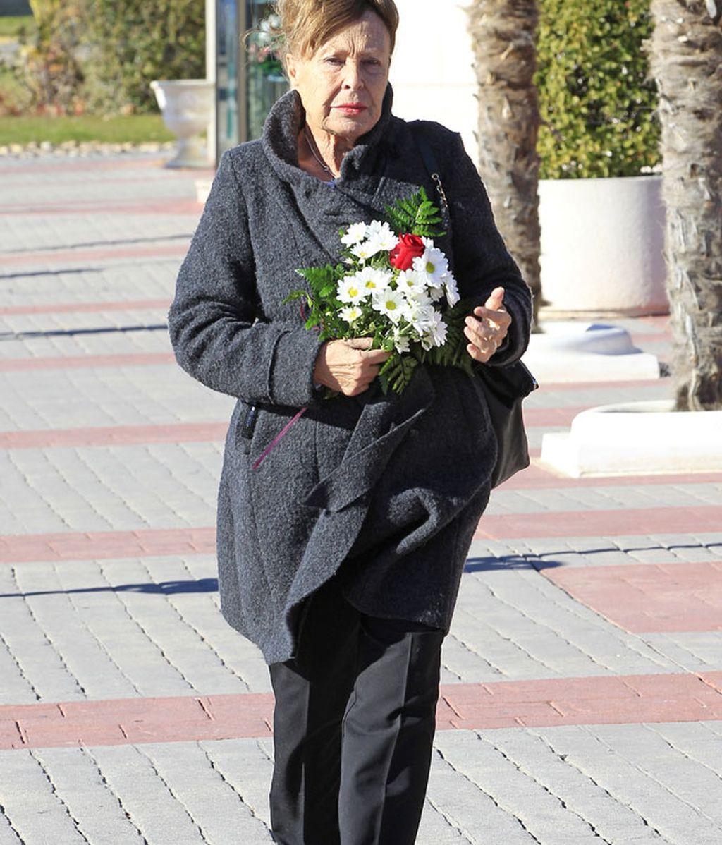 La actriz Gemma Cuervo, con un ramo de flores