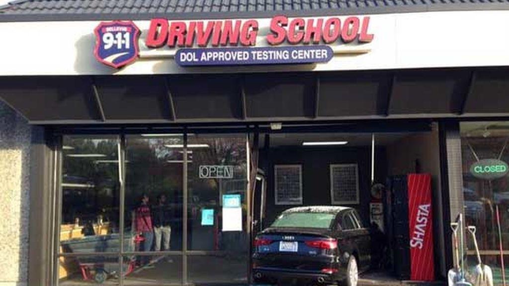 Suspende el examen de conducir al estrellar el coche contra la autoescuela