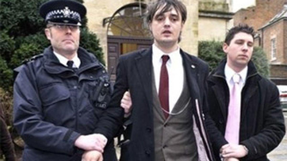 Imagen de archivo del cantante británico Pete Doherty, conducido por la policía tras comparecer en un juzgado acusado de conducción temeraria. AP