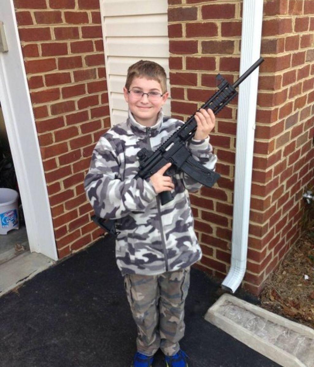 Un niño armado y vestido de camuflaje desata la alarma en Facebook