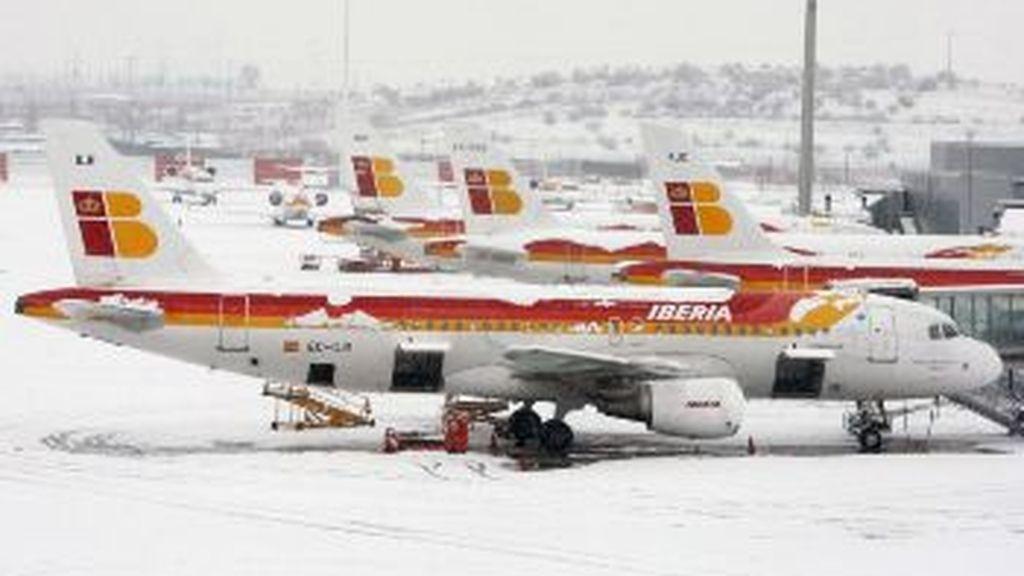 Varios aviones de Iberia paralizados por la nieve. Foto: EFE