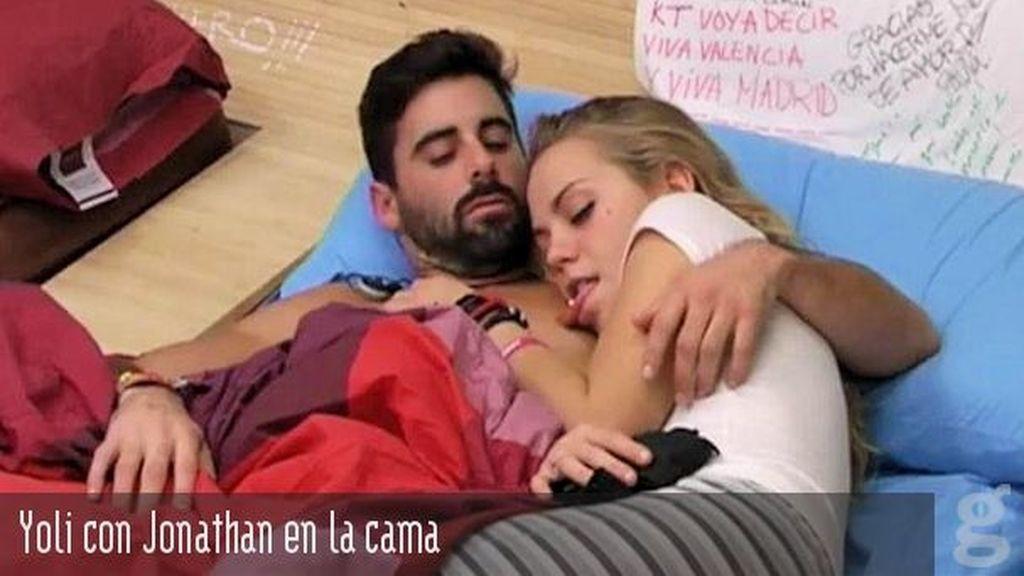 Yoli con Jonathan en la cama