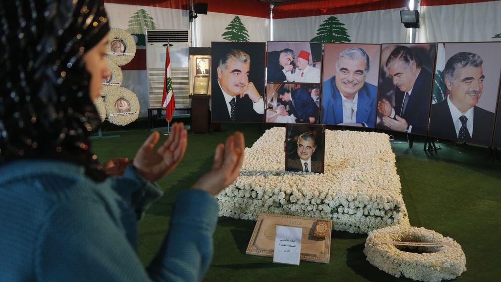 Una mujer llora en la tumba de Rafik Hariri