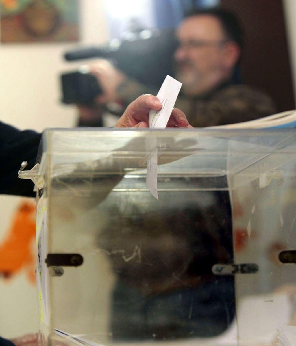 Una mujer ejerce su derecho al voto para las elecciones gallegas en la mesa electoral situada en la Asociación de Vecinos de O Castrillón, A Coruña