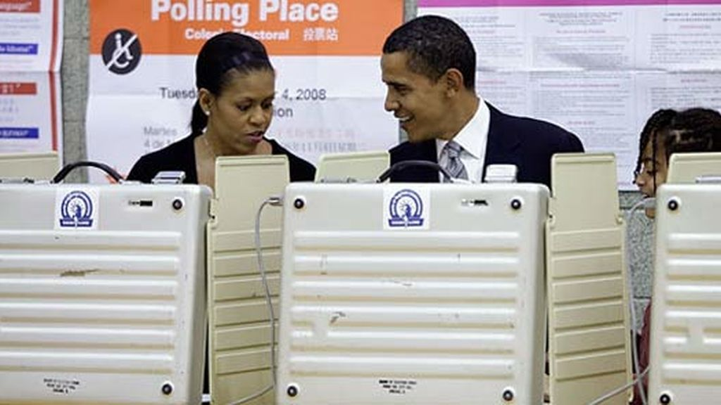 Obama y su mujer votan en su colegio electoral en Chicago.