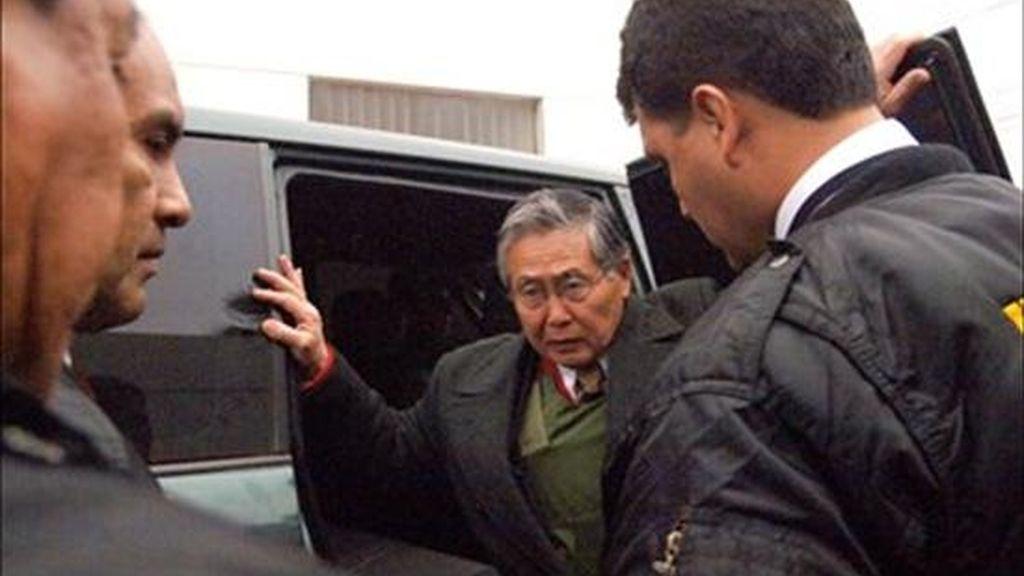 """Al referirse a la supuesta participación del ex gobernante en los matanzas de Barrios Altos y La Cantuta, cometidas por el grupo militar encubierto Colina en 1991 y 1992, respectivamente, un 38% cree que Fujimori """"ordenó los asesinatos y debe ser condenado a prisión"""". En la foto el ex presidente Alberto Fujimori (c). EFE/Archivo"""
