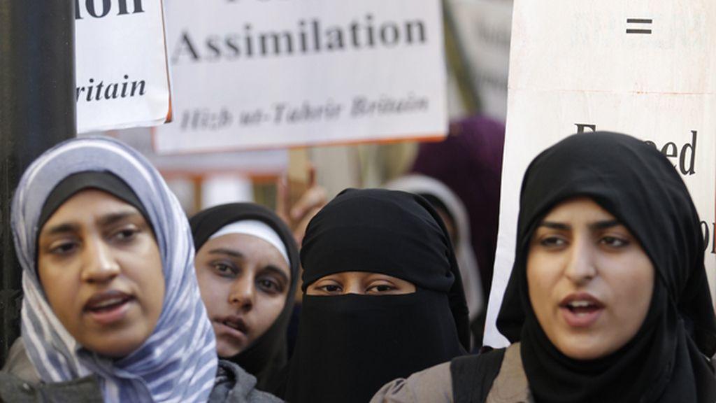 Protesta a favor del velo islámico en los lugares públicos en Francia