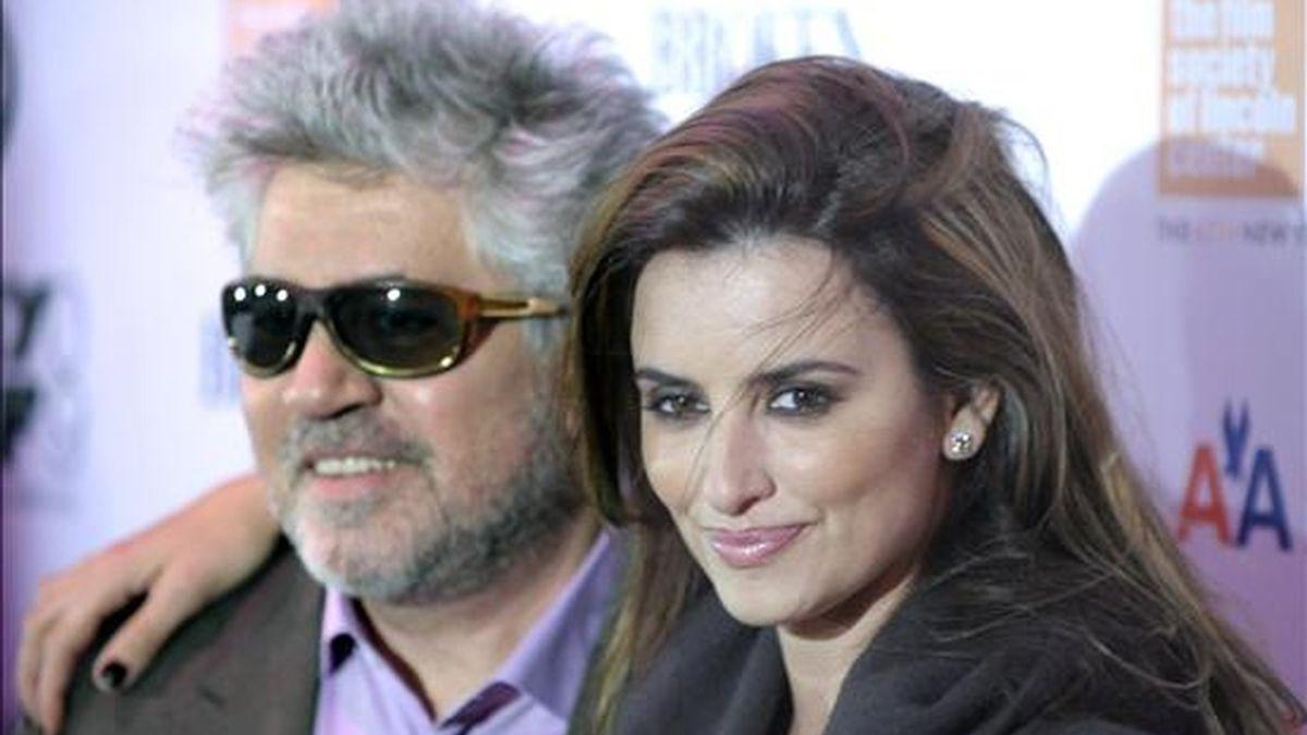 La actriz española Penélope Cruz (d) y el director y escritor Pedro Almodóvar (i) participan en el estreno de la película 'Los abrazos rotos', en el marco del Festival de Cine de Nueva York (EE.UU.). EFE