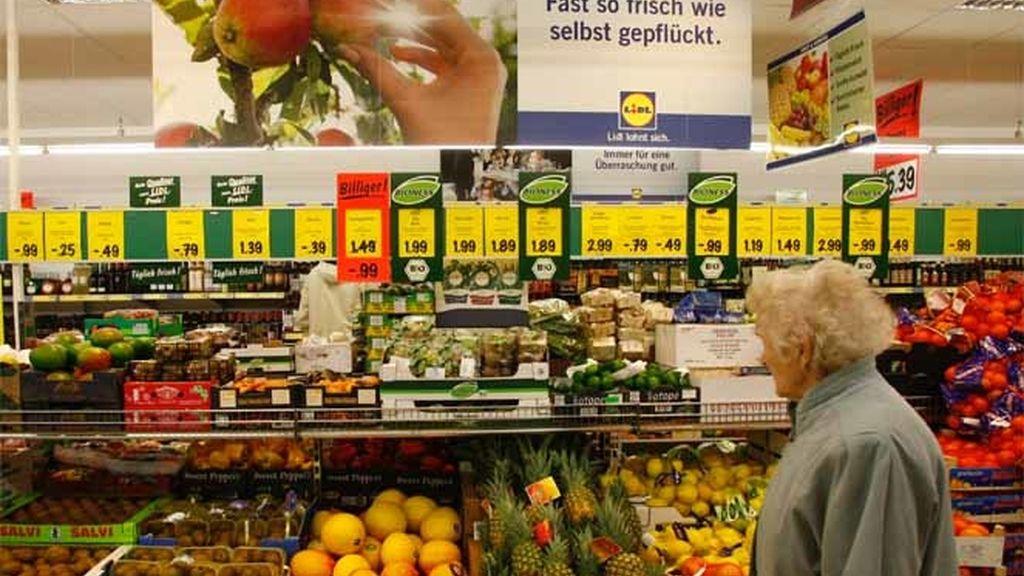 Una señora mientras compra en un supermercado de Berlín