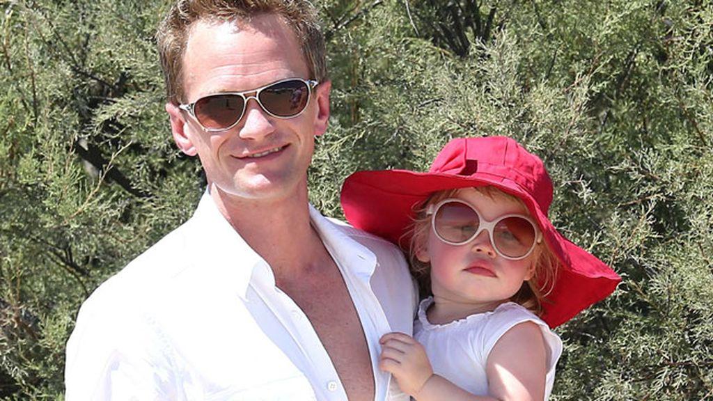 Neil Patrick Harris y su hija Harper Grace en Saint Tropez