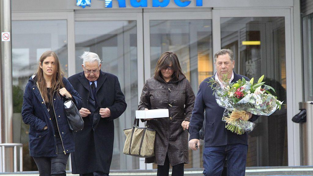 Sara e Iker arropados por todos sus amigos y familiares en el hospital