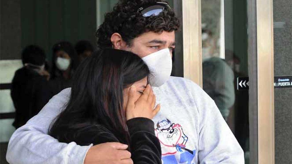 Una pareja con máscaras protectoras para evitar la infección por el virus de la gripe AH1N1 en un hospital público en Buenos Aires