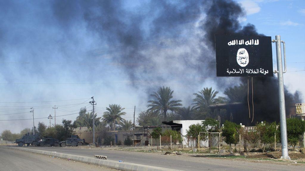 Una bandera del Estado Islámico ondera a la entrada de una localidad iraquí