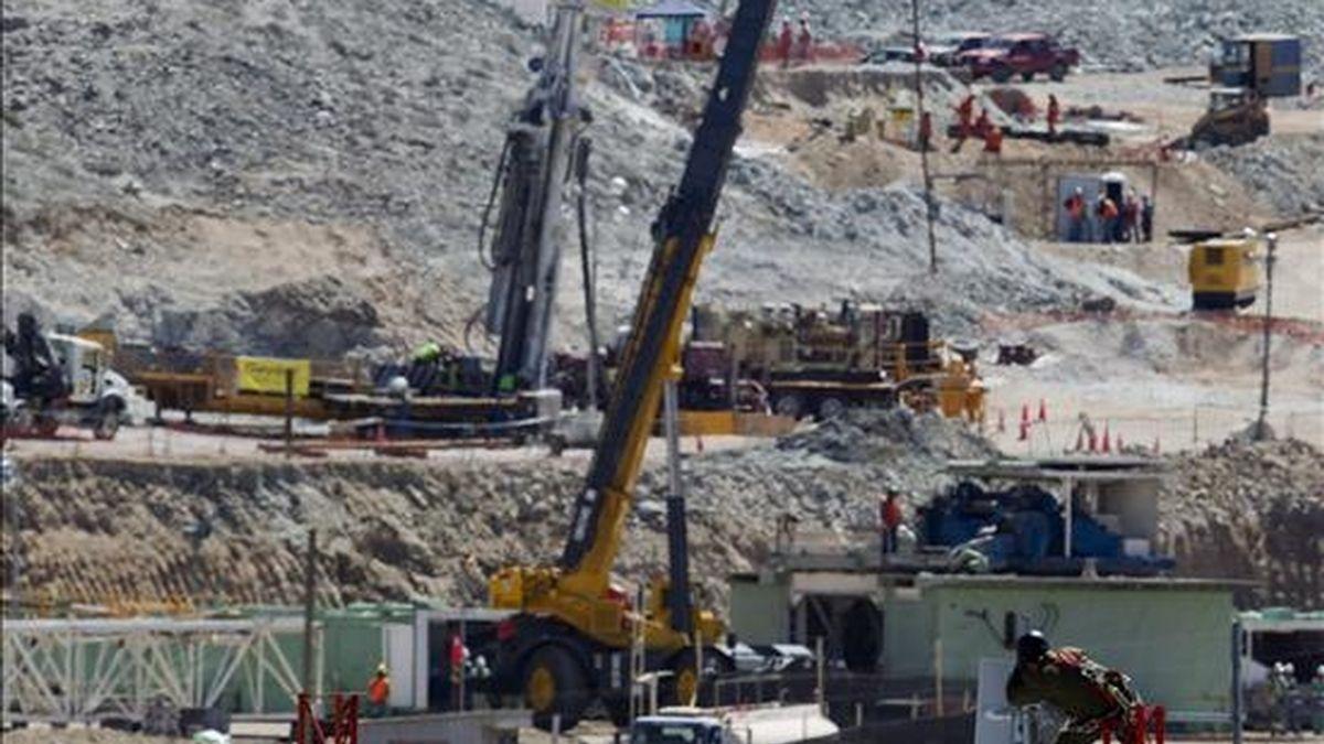 Vista general de este sábado de un hombre reparando una antena  en la mina de San José, cerca a Copiapó (Chile). EFE