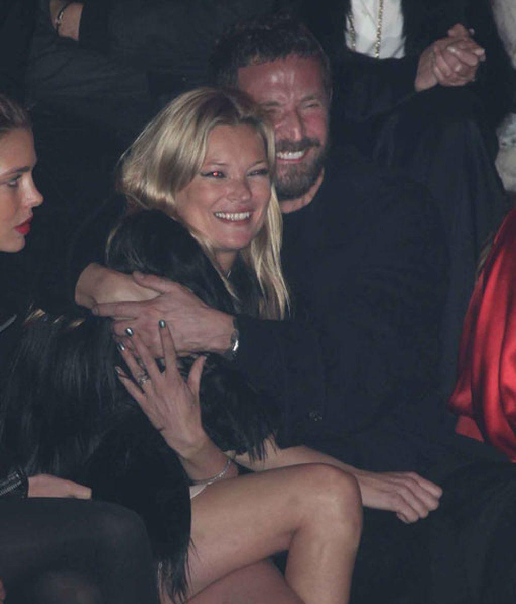 Carlota Casiraghi y Kate Moss, de risas en el desfile parisino de Etam