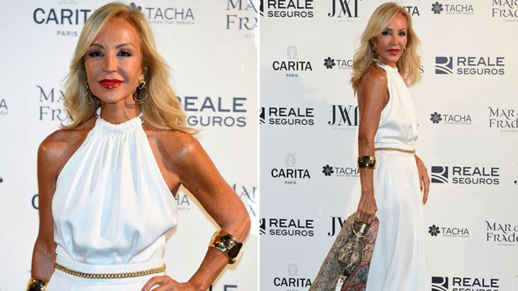 Carmen Lomana, blanco para el vestido y dorado para los complementos