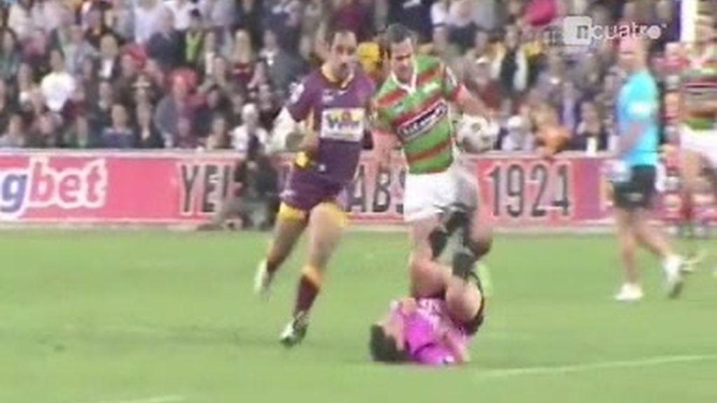 Un árbitro arrollado por jugadores de rugby