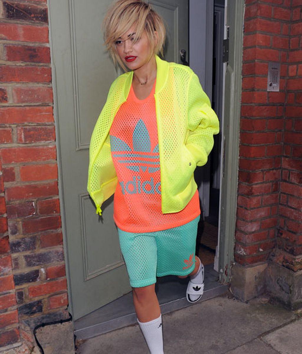 Chanclas con calcetines + colores flúor = Rita Ora