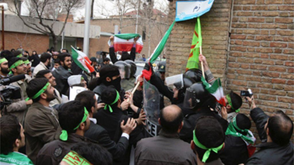 Un centenar de estudiantes iraníes atacan la Embajada de Italia en Teherán