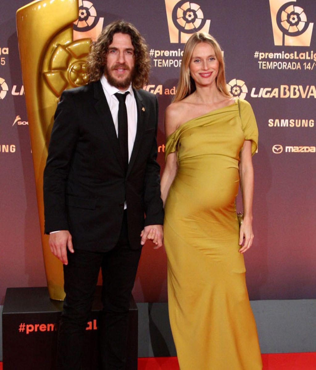 Puyol y Vanesa Lorenzo, enfundada en dorado y marcando barriguita