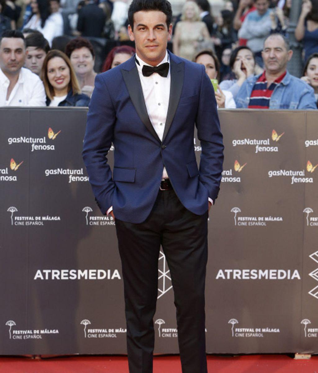 Mario Casas de azul y negro para presentar 'Toro'