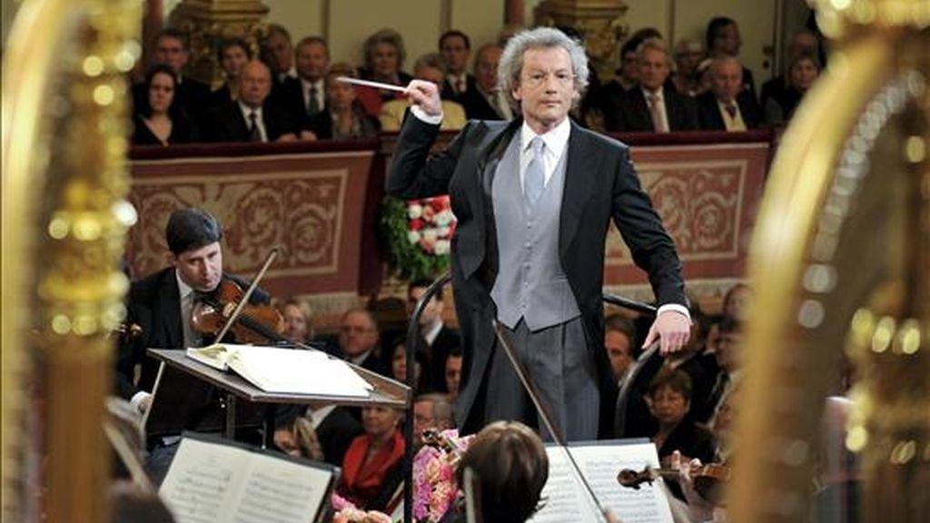 El maestro austríaco Franz Welser-Möst, (c), dirige a la Filarmónica de Viena durante el célebre Concierto de Año Nuevo, en Viena, Austria. EFE