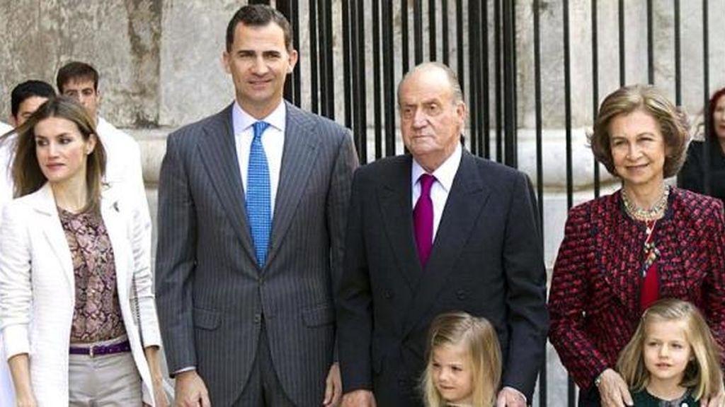 La Reina, los Príncipes y la Infanta Elena asisten a la misa del Domingo de Pascua