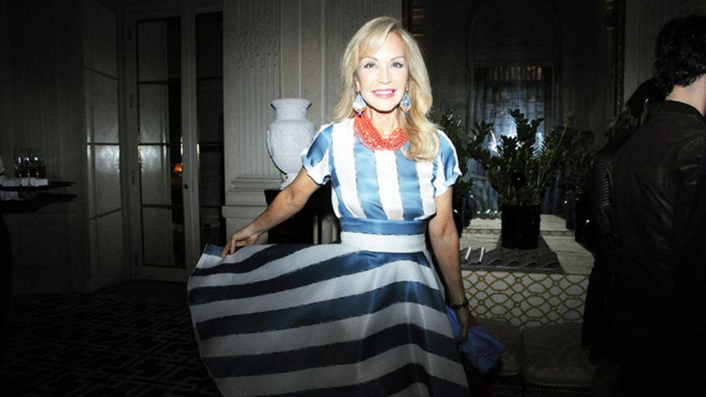 Con Carmen Lomana las fiestas son siempre mucho más divertidas. Ayer estaba ideal con este vestido de Dolce & Gabbana.