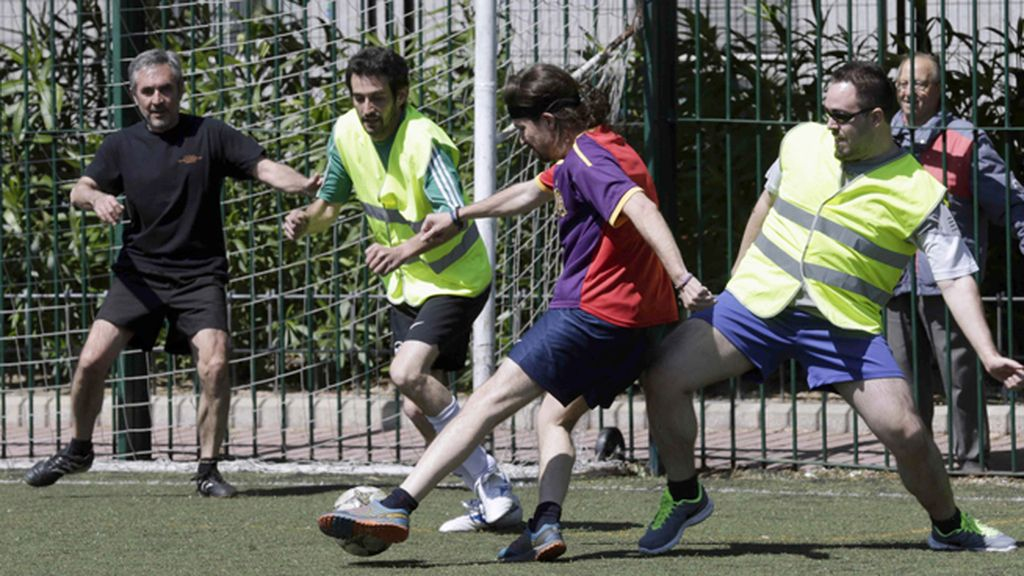 Pablo Iglesias juega al fútbol junto a compañeros de Podemos