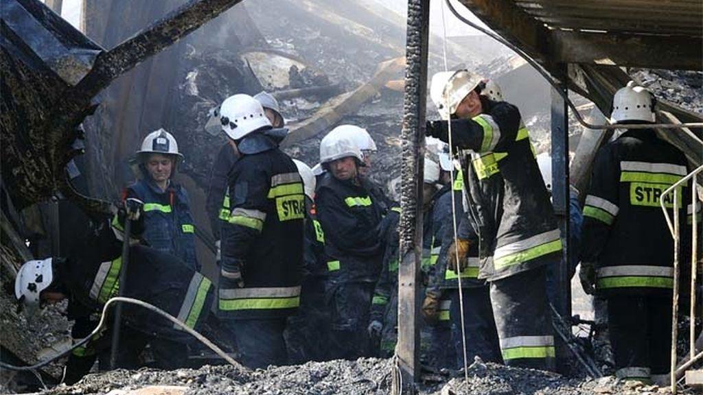 Los bomberos buscan entre los escombros del albergue