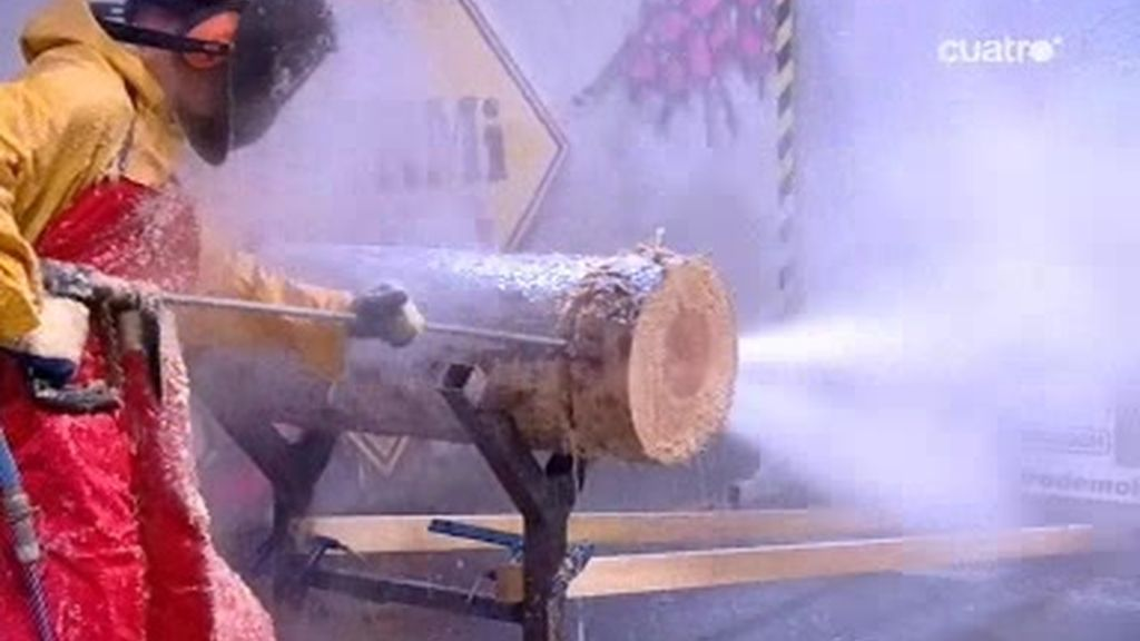 Santi Millán es testigo de cómo cortar un tronco con un chorro de agua