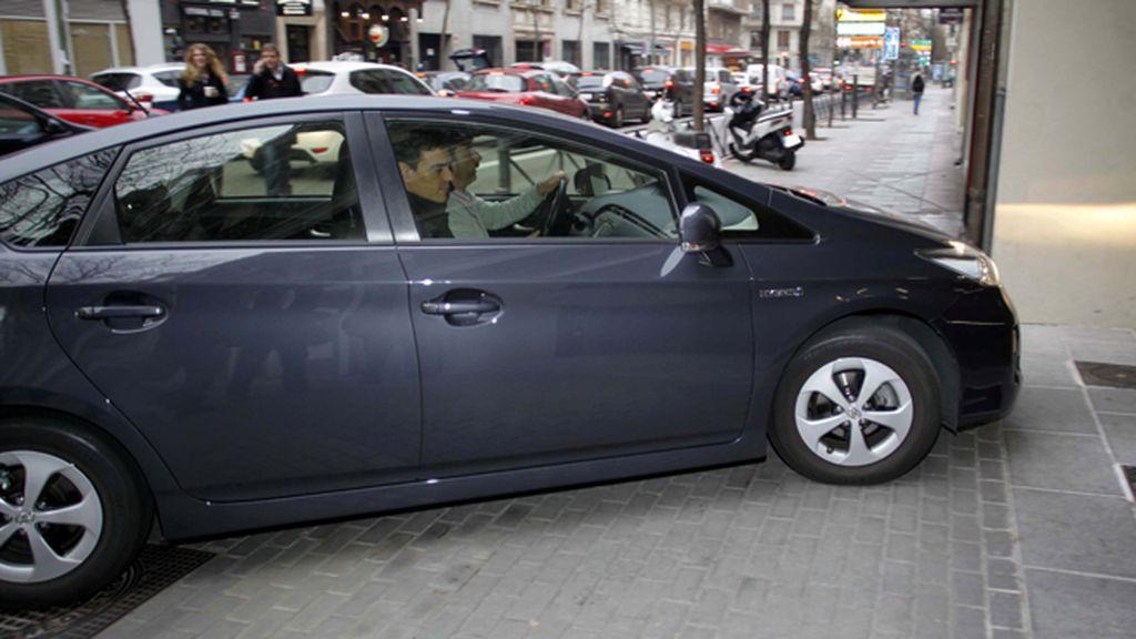 Pedro Sánchez llegando en vehículo a la sede del PSOE
