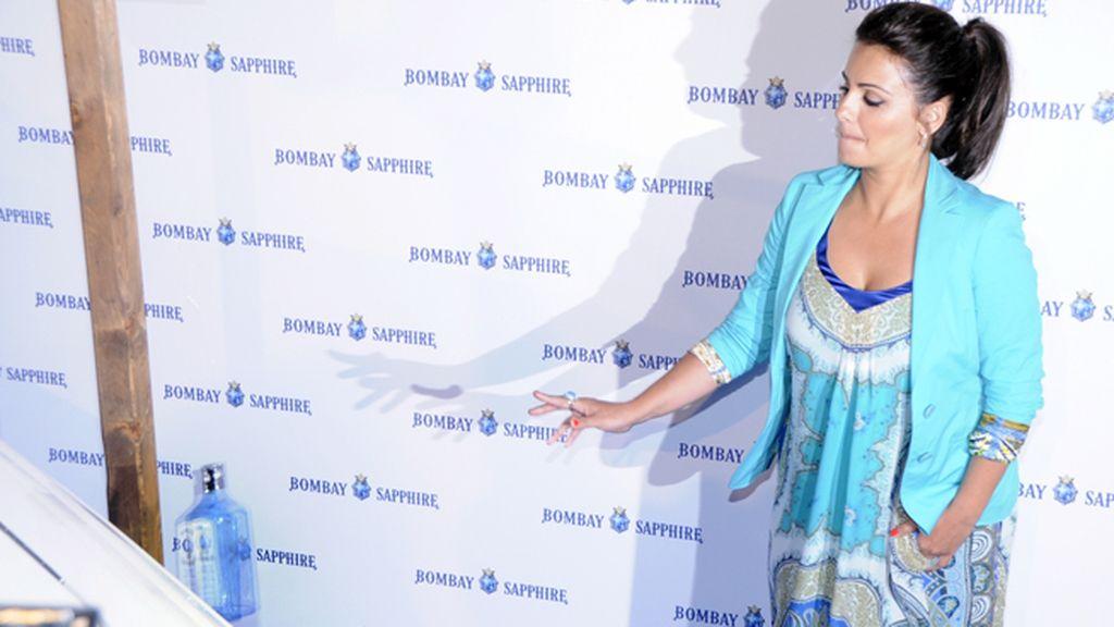 """Mónica Cruz logró romper la botella al botar el barco Bombay """"On Board"""", con lo que la buena suerte está asegurada"""
