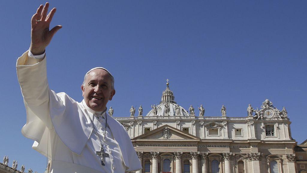 El Papa Francisco saluda en el comienzo de la Semana Santa